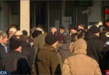 Građani se okupljaju skupa sa rudarima ispred RMU Breza
