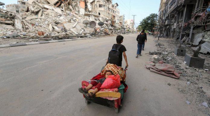 Snimljen trenutak rušenja tornja u trgovačkom centru Gaze