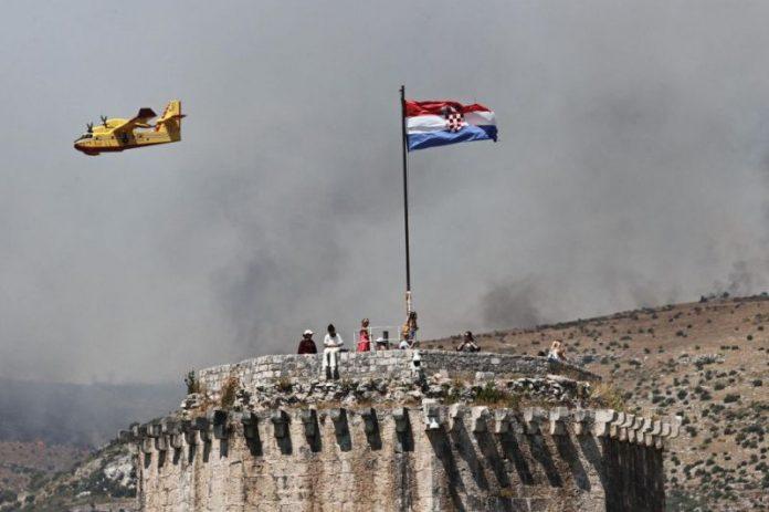Čak osam kanadera gasi vatru u Segetu u Hrvatskoj